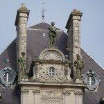 3 statues ornent le toit...